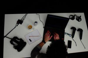 Auf dem Build sieht man einen Arbeitsplatz für die Entwicklung von Virtual Reality Applikationen