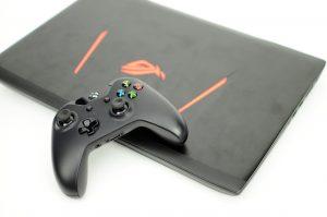 Bild eines Laptops mit einem XBOX Controllern. Steht symbolisch für Gamification
