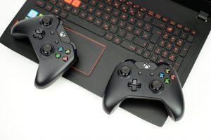 Bild eines Laptops mit zwei XBOX Controllern. Steht symbolisch für Gamification