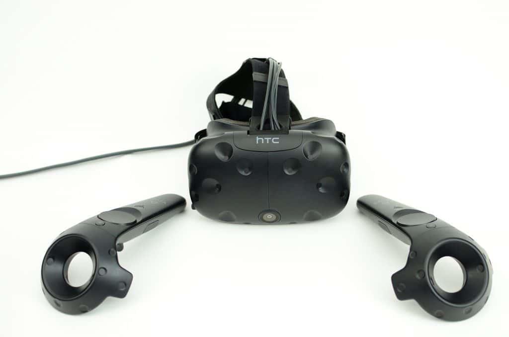 Bild einer HTC Vive mit Controllern